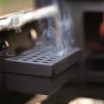 Съемный контейнер для щепы для копчения обеспечивает равномерную и длительную подачу дыма в режиме копчения